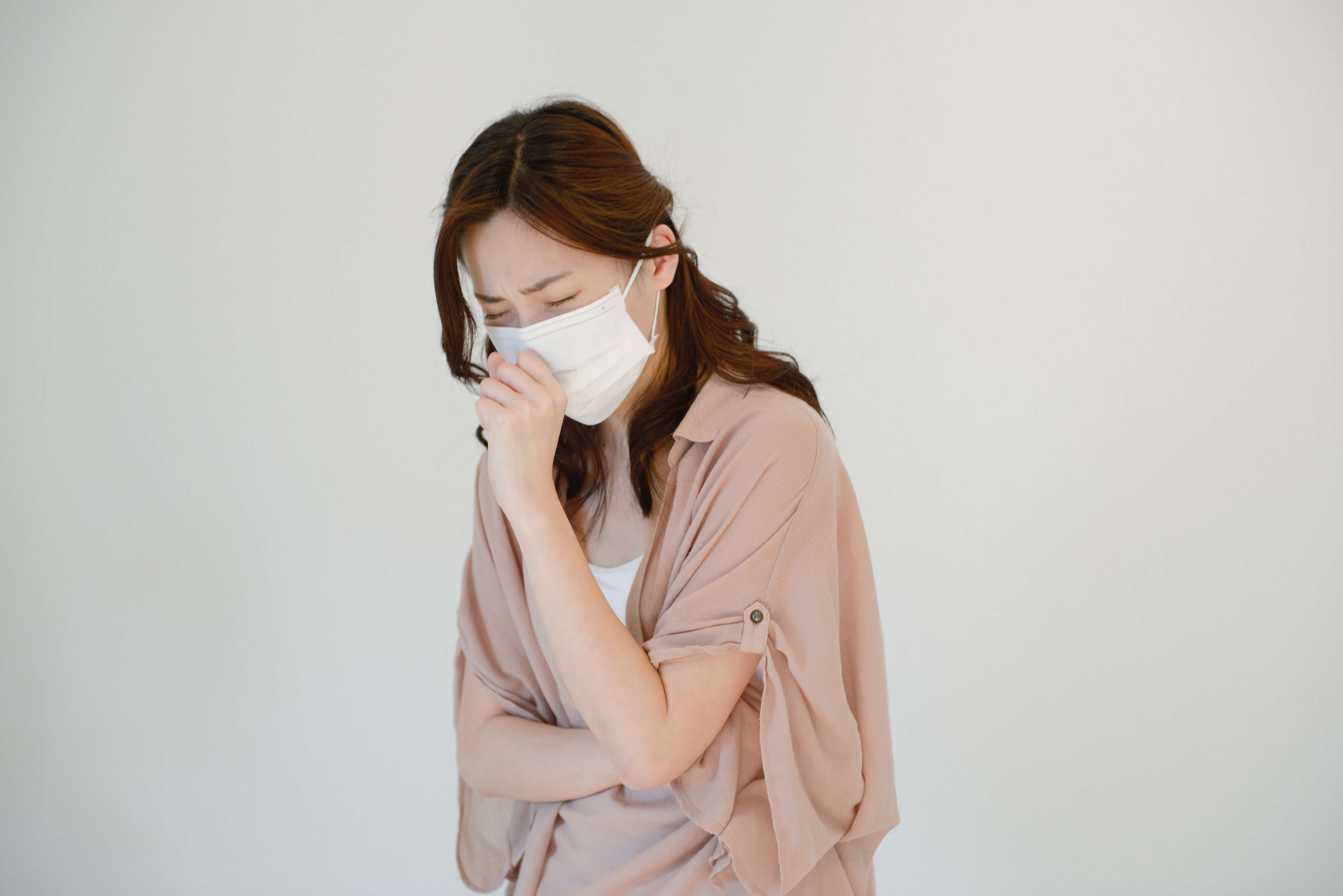 風邪を引いた女性